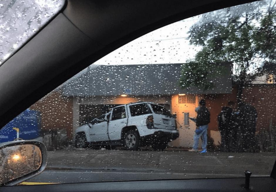 El auto impactó con una vivienda en la avenida Mariscal. (Foto: captura Facebook)