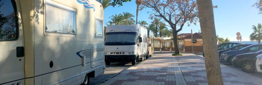 Autocaravanas aparcadas en paseo marítimo