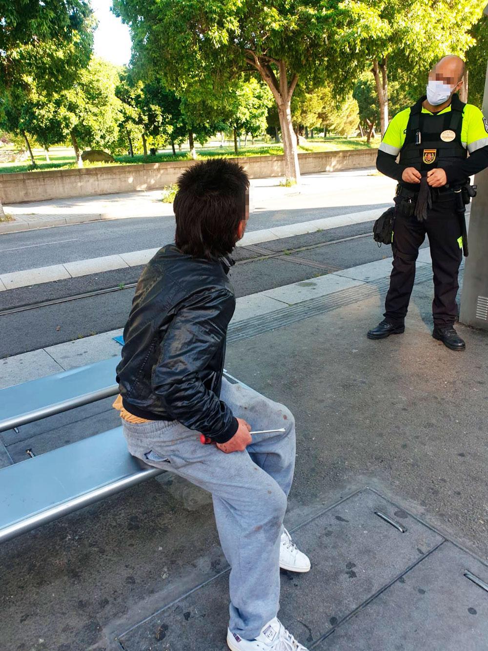 Vigilantes ante sujeto armado en Tram