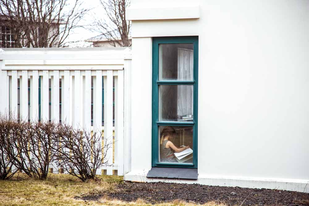 Niña leyendo un cuento en Islandia