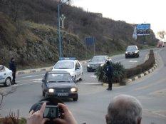 Полиция ескортира автомобила, в който кмета на община Созопол носи чека на стойност 1 000 000 лв.