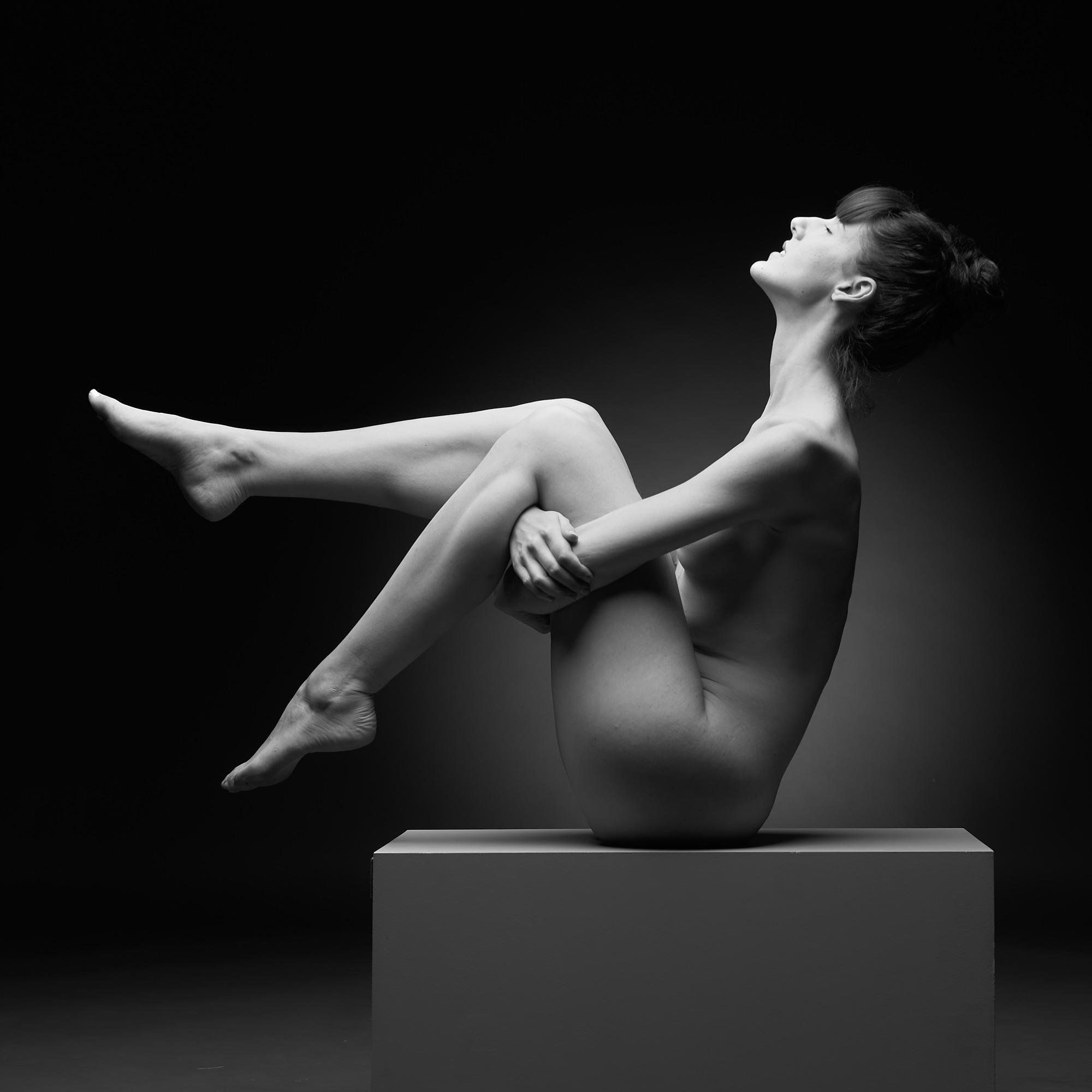Une femme assise de profil