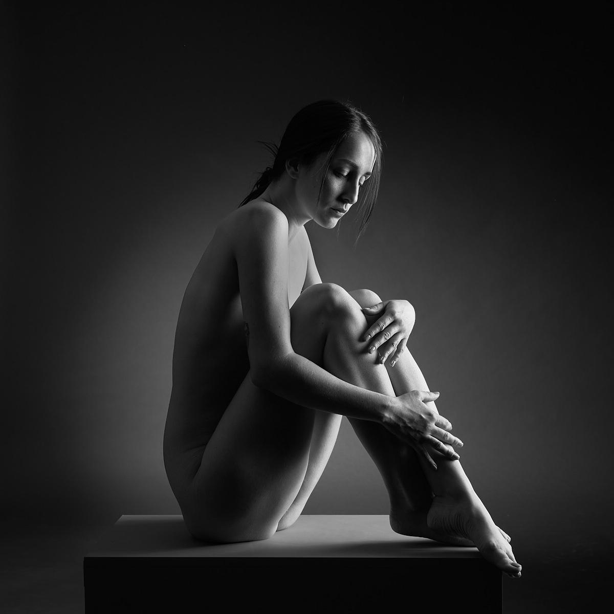 Femme assise noir et blanc