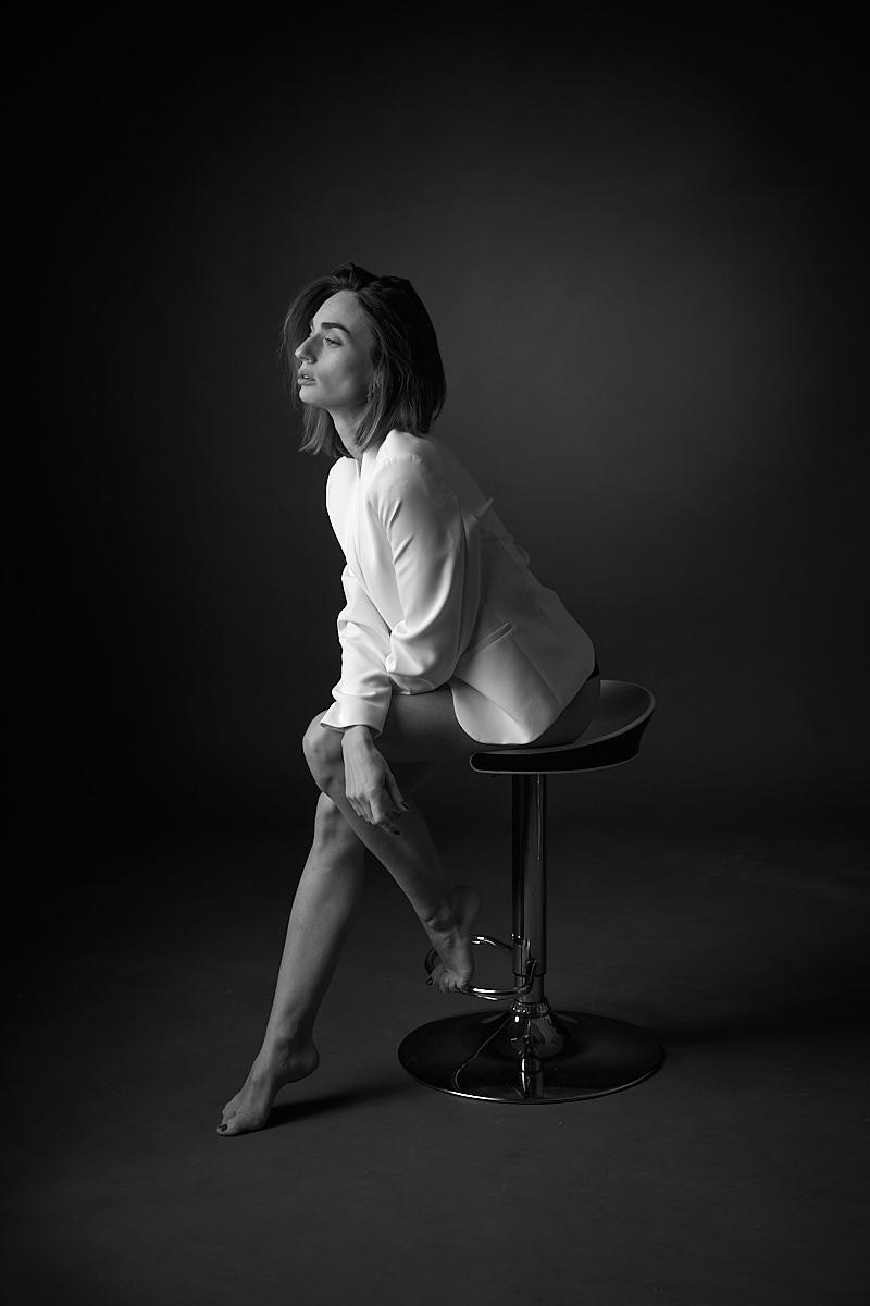 femme veste blanche assise