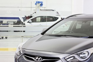 Image of Hyundai Training Centre glass-divider between showroom and workshop training areas