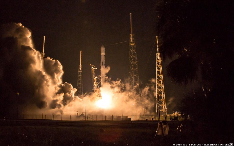 SpaceX's Falcon 9 lanza el satélite Telstar 19 VANTAGE al espacio desde Space Launch Complex 40 en la Estación de la Fuerza Aérea de Cabo Cañaveral, Florida. Crédito de la foto: Scott Schilke / SpaceFlight Insider