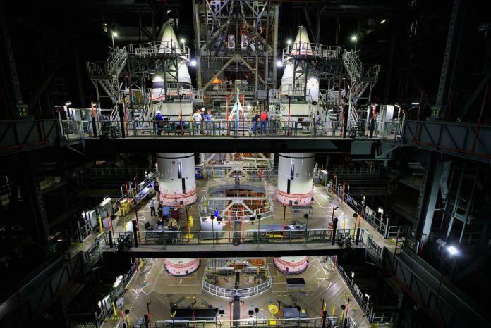 आर्टेमिस 1 स्पेस लॉन्च सिस्टम मिशन के लिए पूरी तरह से खड़ी ठोस रॉकेट बूस्टर।  साभार: नासा / इसाक वाटसन