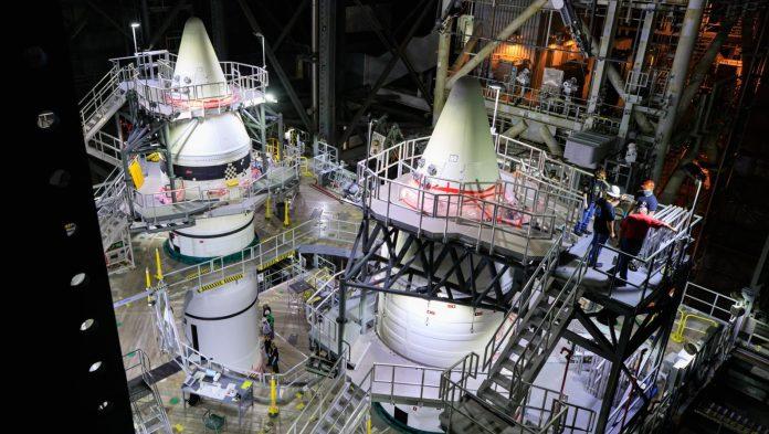 नासा ने दो ठोस रॉकेट बूस्टर को ढेर कर दिया जो उड़ान के पहले दो मिनट के दौरान स्पेस लॉन्च सिस्टम के लिए जोर का थोक प्रदान करेगा।  साभार: NASA