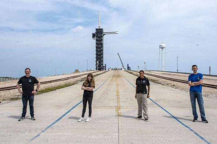 प्रेरणा 4 चालक दल।  बाएं से दाएं: क्रिस सेम्ब्रोस्की, हेले आर्सीनॉक्स, सियान प्रॉक्टर और जेरेड इसाकमैन।  यह उड़ान 2009 के बाद से पहला कक्षीय अंतरिक्ष पर्यटन मिशन होने की उम्मीद है और पृथ्वी की निचली कक्षा में उड़ान भरने वाला पहला 100% नागरिक दल है।  क्रेडिट: स्पेसएक्स