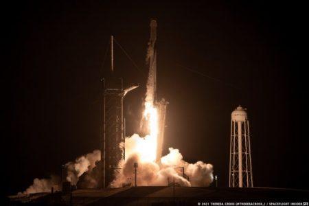 स्पेसएक्स के फाल्कन 9 रॉकेट ने अंतरराष्ट्रीय अंतरिक्ष स्टेशन के लिए चार अंतरिक्ष यात्रियों के साथ क्रू -2 ड्रैगन अंतरिक्ष यान लॉन्च किया।  क्रेडिट: थेरेसा क्रॉस / स्पेसफ्लाइट इनसाइडर