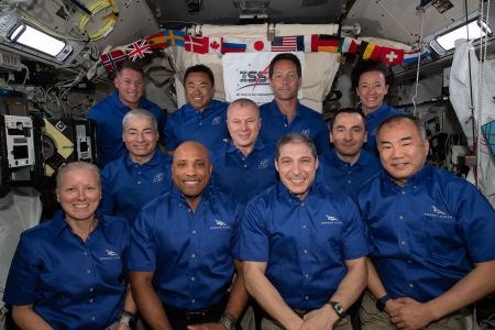 क्रू -2 ड्रैगन के आगमन और क्रू -1 ड्रैगन के प्रस्थान के बीच अंतर्राष्ट्रीय अंतरिक्ष स्टेशन पर सवार 11 लोग।  क्रू -1 अंतरिक्ष यात्री अग्रिम पंक्ति में हैं।  साभार: NASA