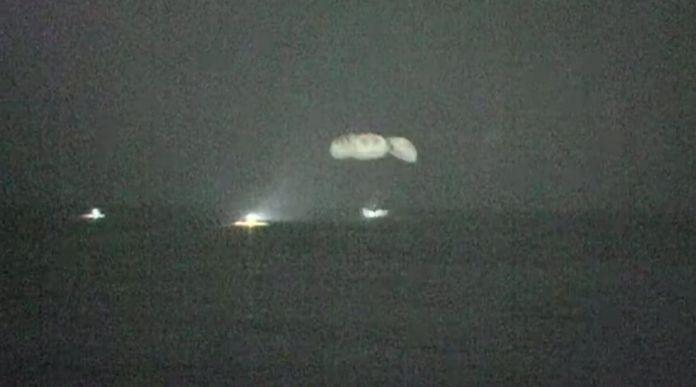 क्रू -1 ड्रैगन पनामा सिटी, फ्लोरिडा के तट से मैक्सिको की खाड़ी में गिरता है।  साभार: नासा / स्पेसएक्स