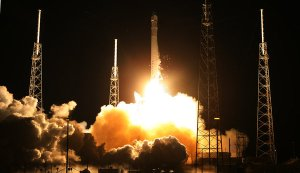 SpaceX's Falcon 9 blasting off from cape Canaveral on October 7, 2012. The launch was succesful although a fault in the engine just after the takeoff (Credits: Red Huber).