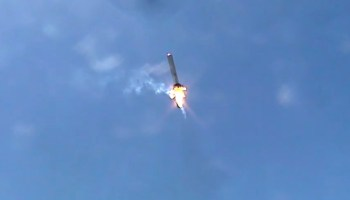 Grasshopper tilts just so to return to its launch pad (Credits: SpaceX).