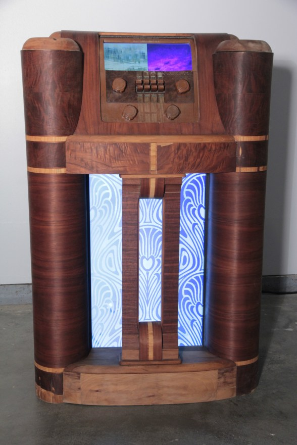 nouveau Andy Behrle found objects, LCD screen, LED screen, wood, electronics, light, sound, digital media 2015