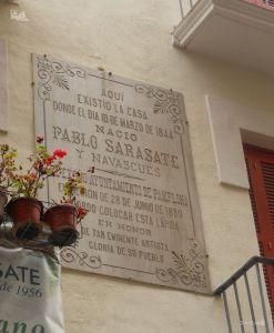 パンプローナ旧市街にあるパブロ・サラサーテが生まれたことを記念する石版