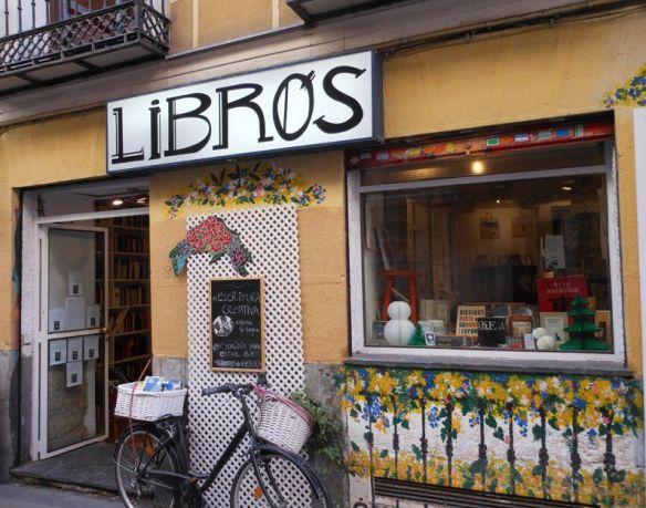 Libros(本)と大きな看板を出している本屋&カフェ。店内にはお店の看板黒猫ちゃんがいて、看板猫をモチーフにした雑貨も販売していてとってもおしゃれ。