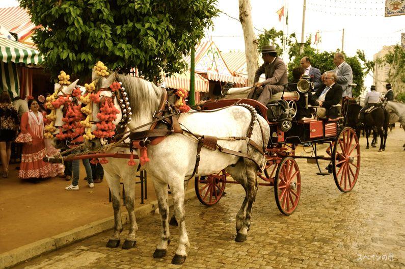 もしかすると普段は観光客を乗せて入っている馬車が、春祭りの間はこんなにきれいに飾られて、まるで別の時代から走り抜けてきたような雰囲気。