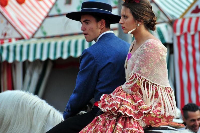 着飾った若いカップル。馬にまたがって映画の主人公ばりに町を闊歩している姿の美しいこと・・・