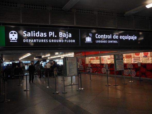 アトーチャ駅構内。列車の乗り入れるホームへのアクセスでは手荷物検査があります。手荷物サイズのコントロールもあります。いい加減ラテン気質だといられがちなスペインですが、案外いろいろなところで日本より厳しい管理が行われていたりします。