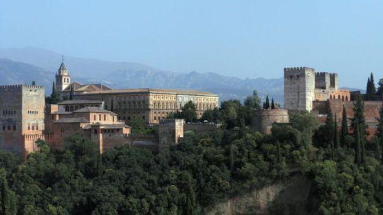 サン・ニコラ展望台から望むアルハンブラ宮殿。威風堂々たる美しさはの全貌はやはりサン・ニコラス展望台まで苦労していかないと拝めません。