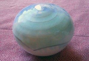 蓋を閉じるとふっくる丸くなった水泡のような感じでとてもかわいい。