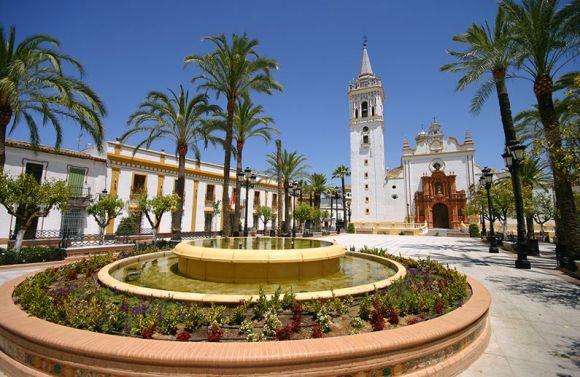 パルマ・デル・コンダドのスペイン広場。左手に国旗の見える建物が市役所。右手奥は聖ヨハネ教区教会。まさに村の心臓部ですが、平日の正午近くにこの静けさ。