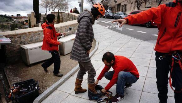 準備中の筆者。安全対策のためのヘルメットやその他必要なキットはすべてその場で貸し出してくれるます。