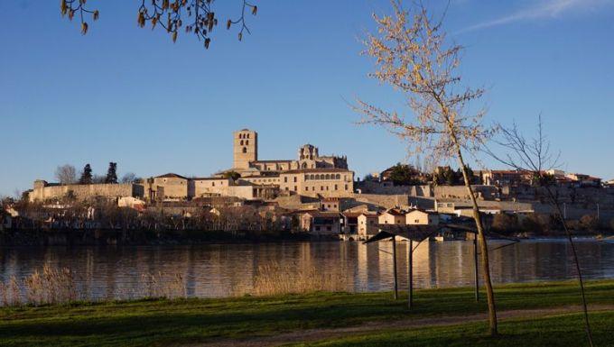 サモラの旧市街と町を横切るドウロ川の風景。