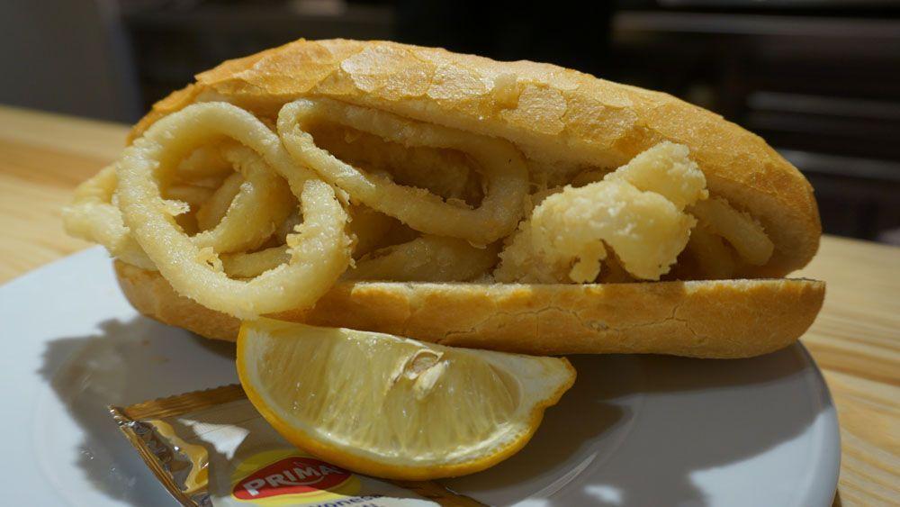 スペイン料理 マドリード イカリングフライのボカディージョ