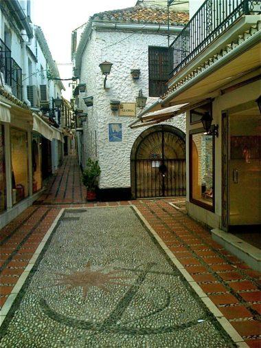 スペイン、アンダルシア、マルベージャ旧市街はこのように小石でモチーフが描かれているこの街らしいところです。