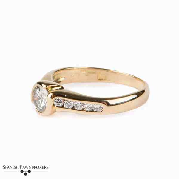 Pre-owned Ladies Diamond solitaire with Diamond shoulders made of 18-carat yellow gold TCW 0.65
