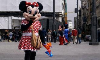 "Toeristen Bestelende Minnie Mouse ""straatartiesten"" Aangehouden In Madrid"