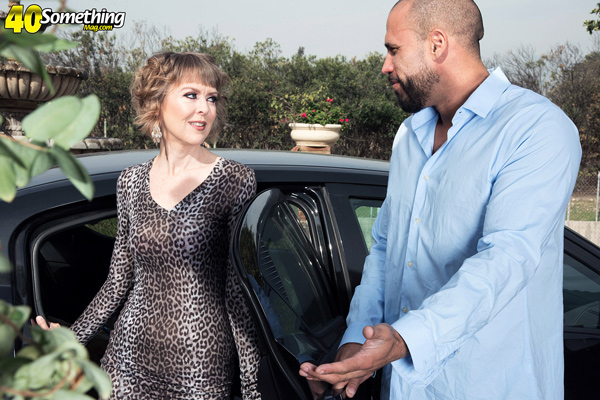 MILF Jamie Foster in a sexy tight dress with her driver, Carlos