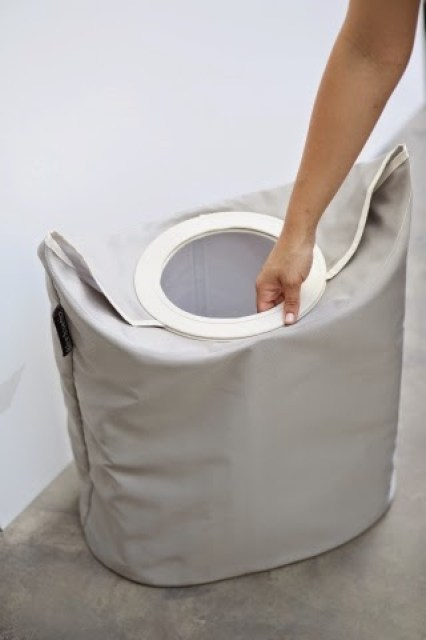 100840-Oval-Laundry-Bag-Warm-Grey-DETAIL_Closingb2 Home/Design: BRABANTIA LAUNDRY BAG innovativa e versatile borsa per la biancheria