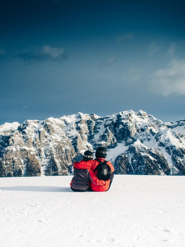 snow-mountains-sky-couple-768x1024 Come vestirsi durante la settimana bianca in montagna?