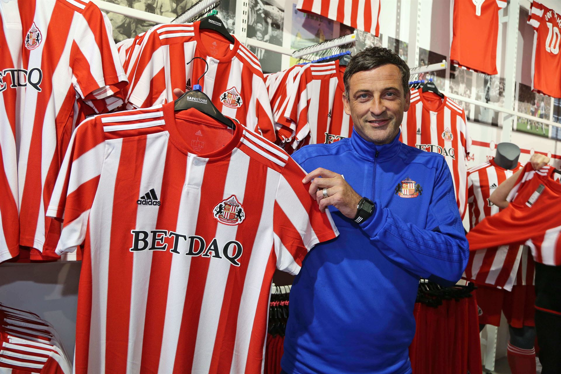 hight resolution of hundreds of fans queued to be amongst the first to get their hands sunderland afc s new home kit which went on sale last friday 20 7 18 exclusively to