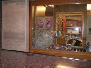 vetrina negozio ottica tentato furto cerignola maggio 2015