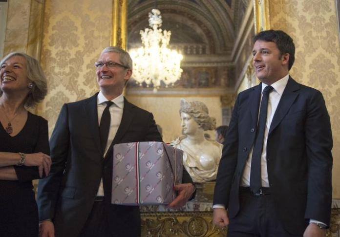 An handout image released by Italian government press office on 22 January 2016 shows Italin premier Matteo Renzi (R) and Italian minister of Education Stefania Gianni (L) during a meeting with Ceo of Apple Timothy Donald Cook (C) in Rome, Italy, 22 January 2016.  ANSA/PALAZZO CHIGI PRESS OFFICE  ++HO - NO SALES EDITORIAL USE ONLY