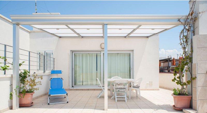 Veranda in alluminio con tetto apribile  copertura in