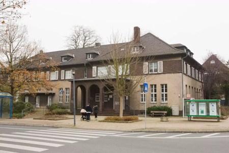 """Direkt an der Kreuzung zwischen """"Thingstraße"""" und """"Im Welperfeld"""" angesiedelt - das Gemeindeamt Welper"""