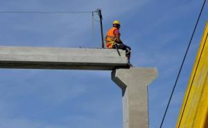 Lavoro: operaio su colonne cemento. (ANSA)