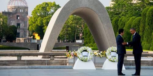 Barack Obama con Shinzo Abe al memoriale per la Pace di Hiroshima, 27 maggio 2016 (JIM WATSON/AFP/Getty Images)