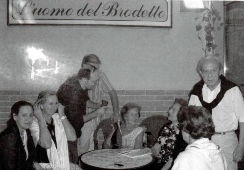 1-Luigia Giri tra i parenti - sotto, semicoperto dal cronista, Vittorio Solazzi - Potentia n. 20.-001
