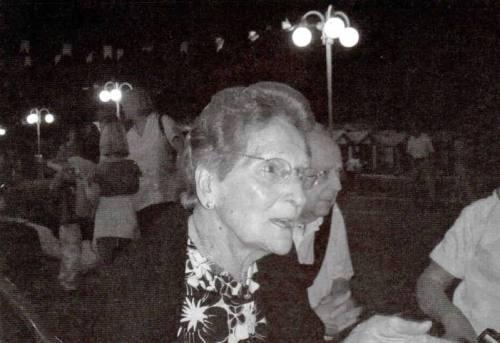 1-Luigia Giri tra i parenti - sotto, semicoperto dal cronista, Vittorio Solazzi - Potentia