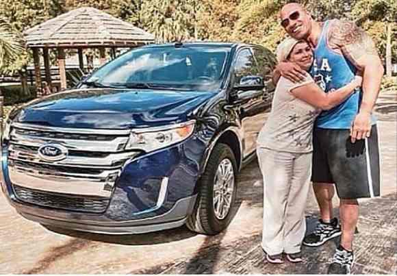 Dwayne Johnson The Rock offre une voiture a sa femme de menage
