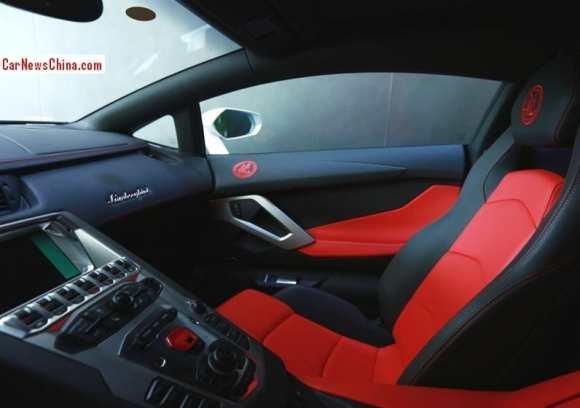 Le cuir bicolore - rouge et noir - compose l'intérieur de cette supercar italienne