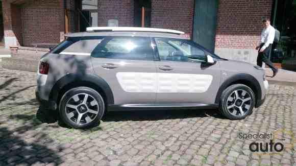 Les AirBumps, en blanc, permettent au Citroën C4 Cactus de résister aux tracas de la vie courant