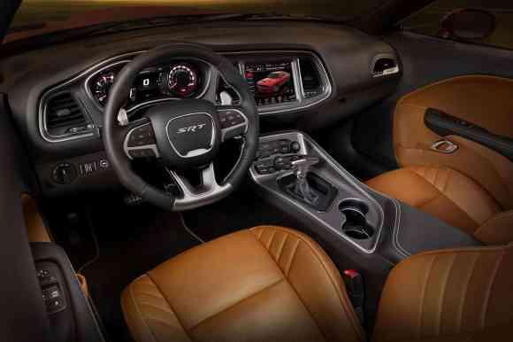 Challenger SRT : volant à fond plat, écran tactile, sièges en cuir