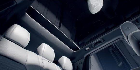 Admirez la lune à bord de ce Land Rover Discovery Sport
